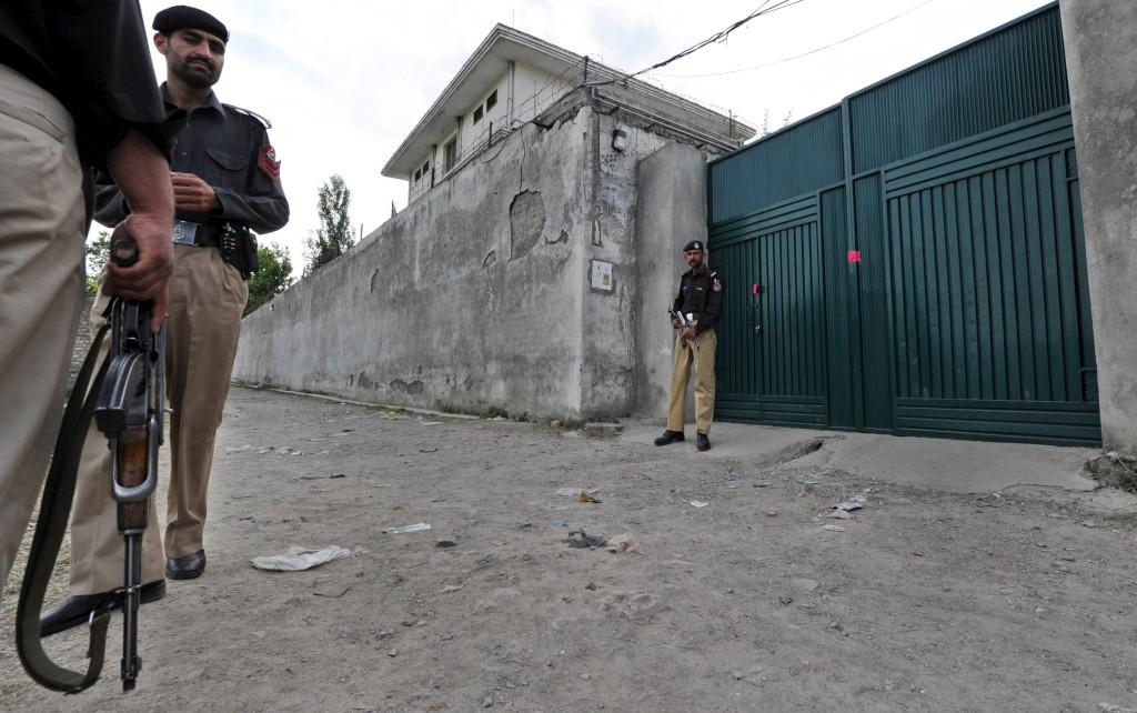 Polícia paquistanesa guarda a casa onde Bin Laden foi morto, em Abbottabad