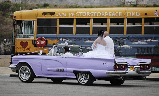Noivo e noiva em desfile pela cidade