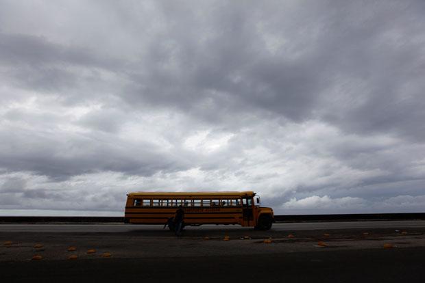Um autocarro escolar cruza a avenida enquanto a tempestade se forma (Junho 2011)