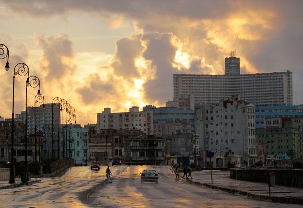 Tempestade em céu dourado sobre El Malecón