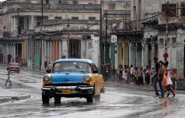 Um dos negócios privados cubanos: taxi privado (Junho 2011)