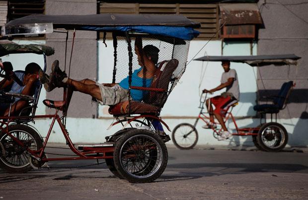 Táxi-bicicleta à espera de clientes