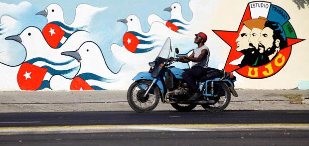 Velha moto a passar frente a novo mural da União de Jovens Comunistas (Abril 2011)