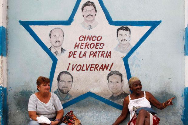 À conversa com um mural dedicado a cinco agentes cubanos presos nos EUA há uma década (Julho 2010)