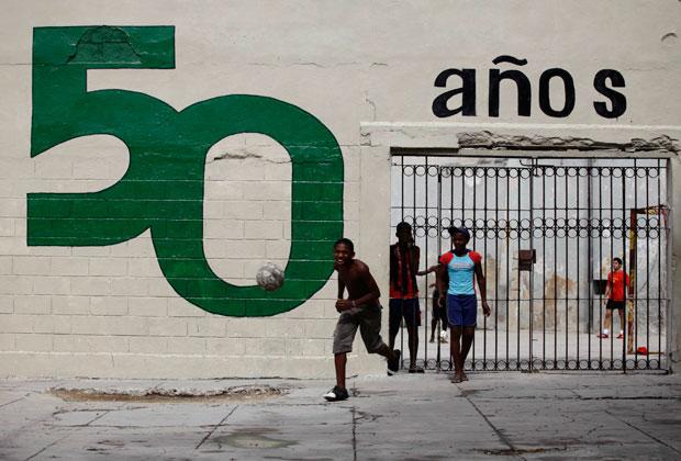 Jogo de bola entre jovens cubanos. Na parede, um mural alusivo aos 50 anos da revolução (Junho 2011)