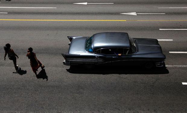 Cruzar a rua com Cadillacs de 1957 a passar