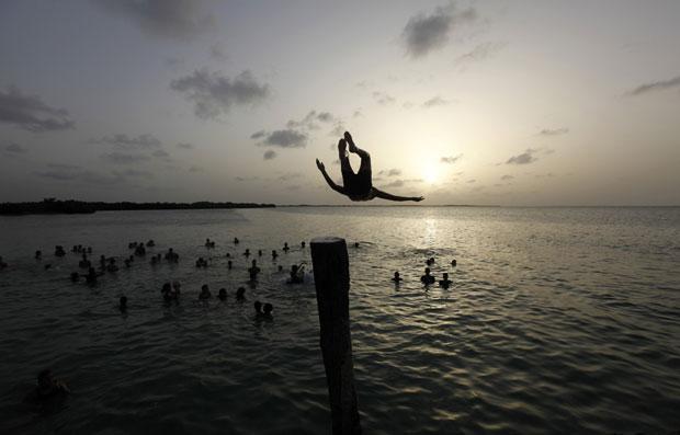 Salto para a água em Isabela de Sagua, província de Santa Clara, Cuba central
