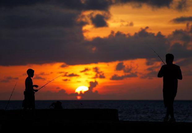 Pai e filho pescam da El Malecón ao por-do-sol (Julho 2010)