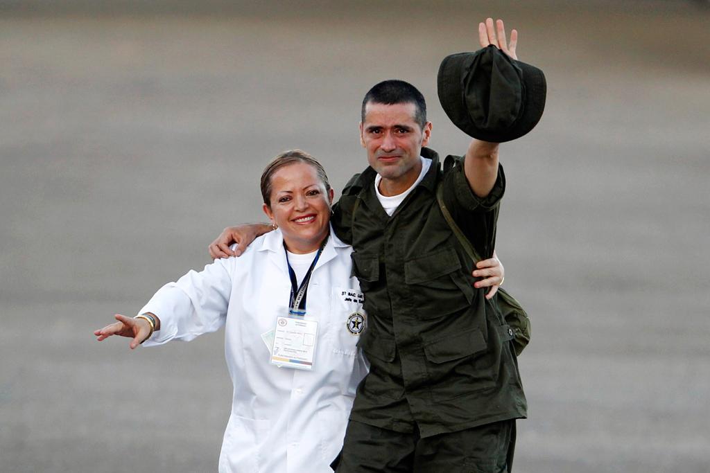 Vestidos de uniforme, os seis polícias e quatro militares puderam finalmente abraçar as respectivas famílias<b>Jose Miguel Gomez /Reuters</b>