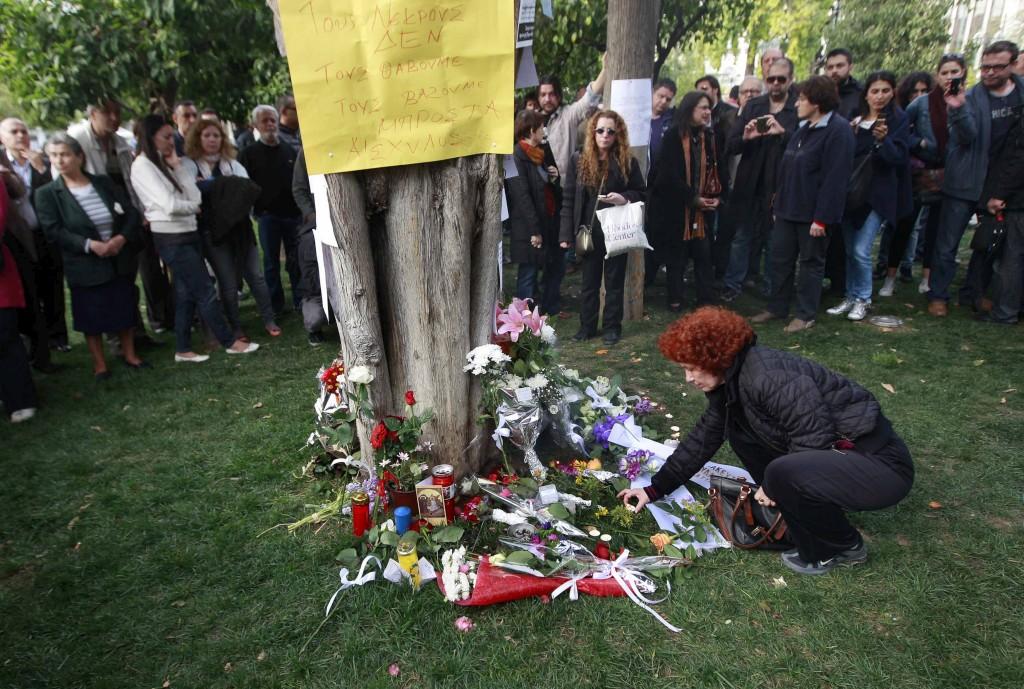 Na Praça Sintagma houve uma homenagem com velas e flores