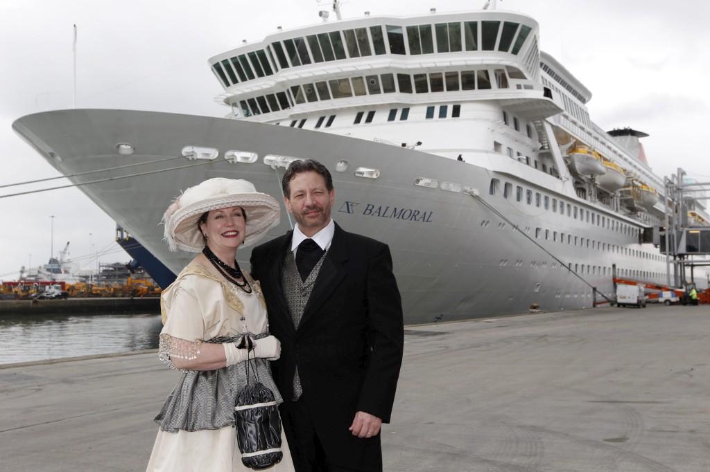 Os passageiros norte-americanos  Mary Beth Crocker Dearing e Tom Dearing em frente ao Balmoral