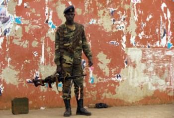 Os militares saíram à rua na quinta-feira e detiveram o primeiro-ministro e o Presidente