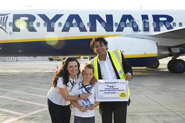 Joana Henriques e Daniel de Carvalho da Ryanair com Ronan Lawlor, o passageiro 10m em Portugal