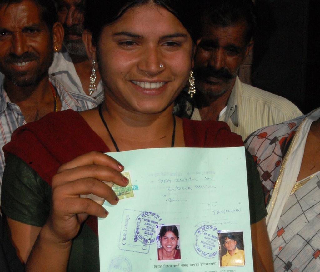 Laxmi Sargara, à saída do notário onde assinou o anulamento do casamento com Rakesh