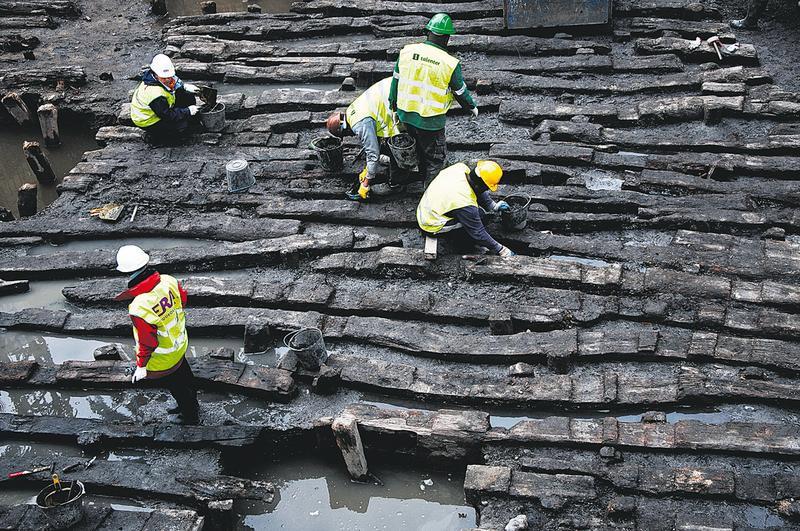 A estrutura em madeira posta a descoberto é composta por barrotes que se pensa serem reaproveitados de navios
