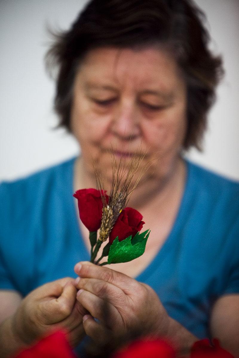 A preparação das flores para a Festa dos Tabuleiros