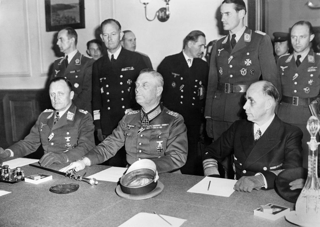 O segundo momento da capitulação da Alemanha, em Berlim, já com todos os aliados