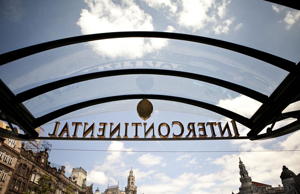 A entrada do hotel está voltada para a Praça da Liberdade, no coração do Porto