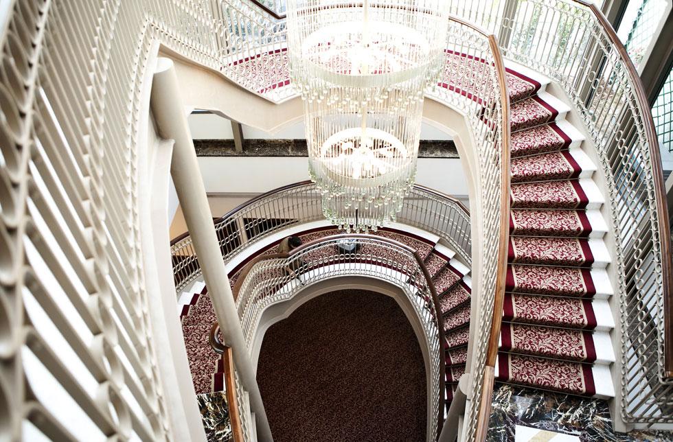 As alcatifas e os lustres são uma constante na decoração do novo hotel de cinco estrelas do Porto