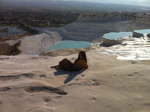 Pamukkale (Turquia), com uma belíssima paisagem natural que inclui depósitos de cálcio e várias piscinas naturais interligadas em cascata. Um local mágico | Foto de Sara Raquel Silva (a pose valeu 278 'votos')