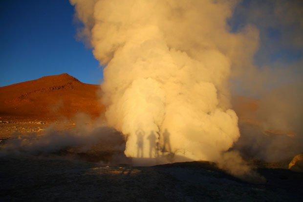 Ao nascer do sol, num tour pelo Salar de Uyuni e Lagunas Coloradas na Bolívia, as sombras projetadas nas fumarolas. Abril 2011 | Foto de Jorge Manuel Alves (188)