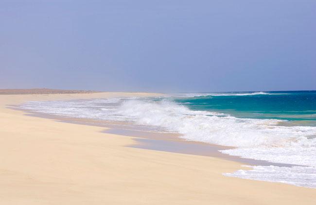A Boavista, ilha cabo-verdiana de afamadas praias, oferece mais de 50km de areais, ainda a permitir recantos íntimos. As águas quentes, a preservação da hospitalidade e o investimento turístico têm funcionado como chamarizes para cada vez mais turistas. Mas a ilha permanece um paraíso à parte. Uma visita fotográfica, repleta de boas vistas. Fotogaleria de Paulo Barata
