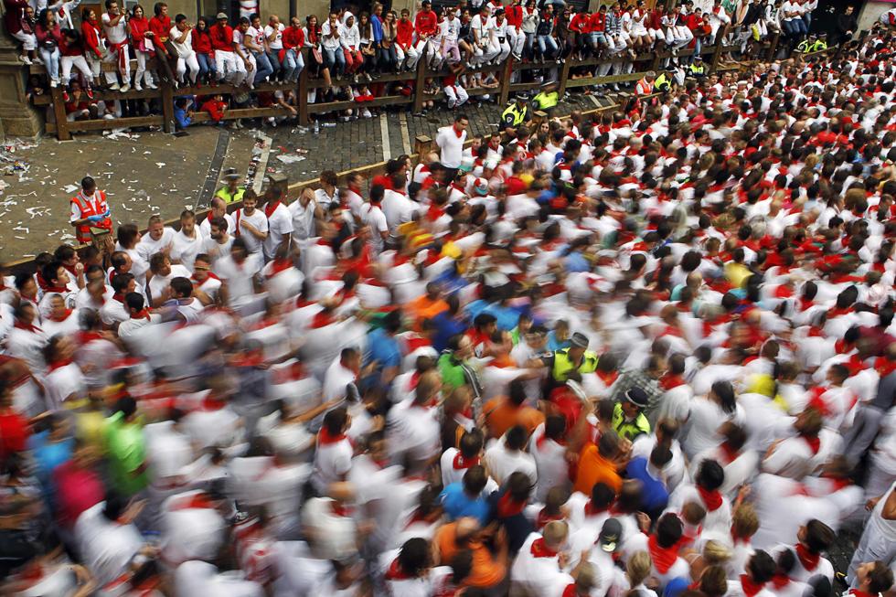 Centenas de participantes tomam os seus lugares e preparam-se para a primeira corrida de touros do festival San Fermin 2011.