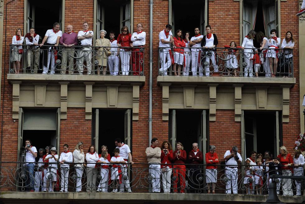 Várias pessoas assistem à procissão de São Firmino - santo padroeiro do festival e protector das centenas de espanhóis e turistas