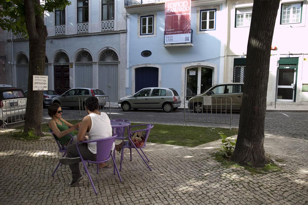 Moradores ocupam com relva lugar roubado à praça