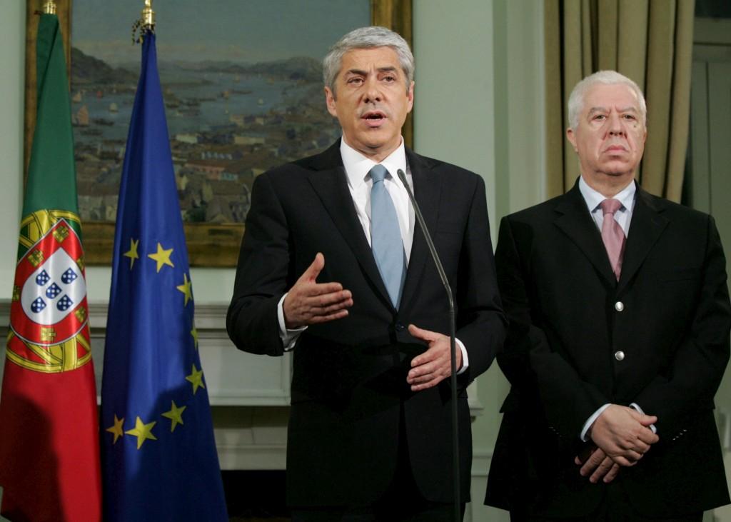 <p>Sócrates no momento em que anuncia ao país o pedido de ajuda, ao lado do então ministro das Finanças</p>