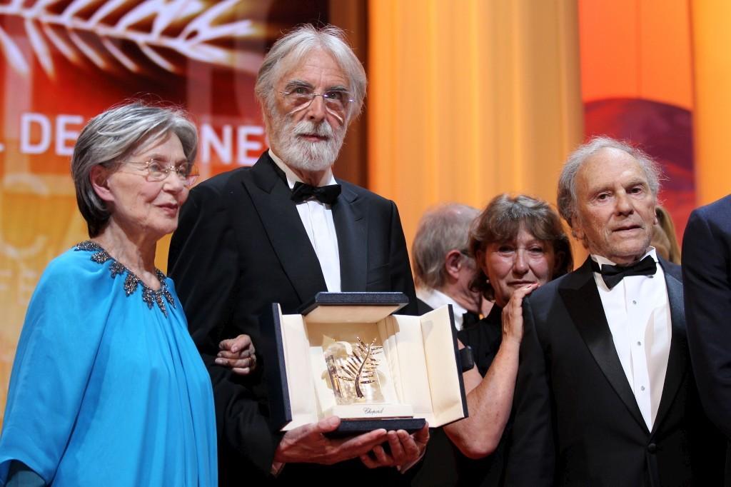Michael Haneke segura a Palma de Ouro com a actriz Emmanuelle Riva (à esquerda) e Jean-Louis Trintignan (à direita)