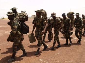 Soldados nigerianos à chegada a Bissau, para integrar força da CEDEAO