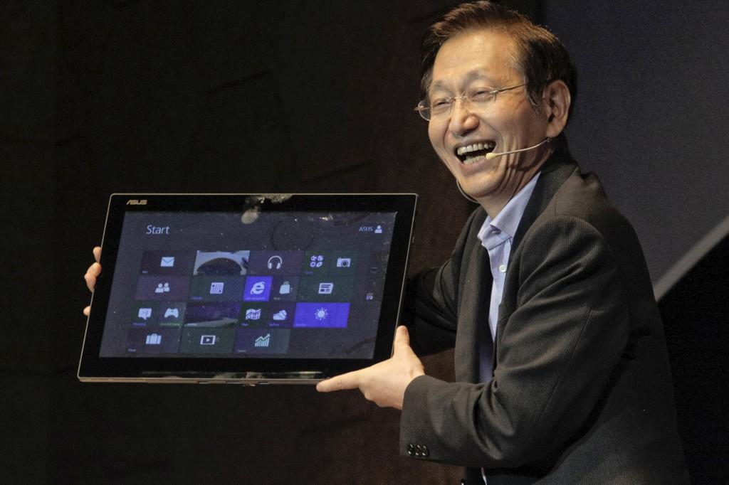 O presidente da Asus, Jonney Shih, com o tablet de 18,4 polegadas que também pode ser usado como computador