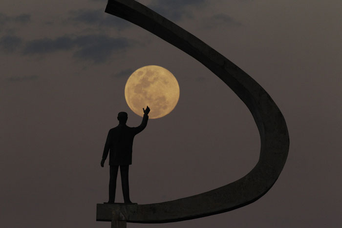 Brasil, Brasília | Noite de lua cheia sobre o memorial a Juscelino Kubitschek. 2011.07.14 |