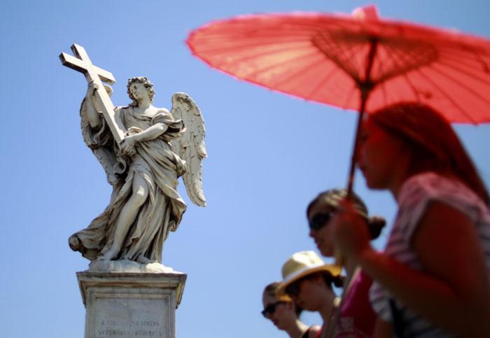 Itália, Roma | Turistas em passeio protegem-se do sol durante um quente dia romano. 2011. 07.16 |