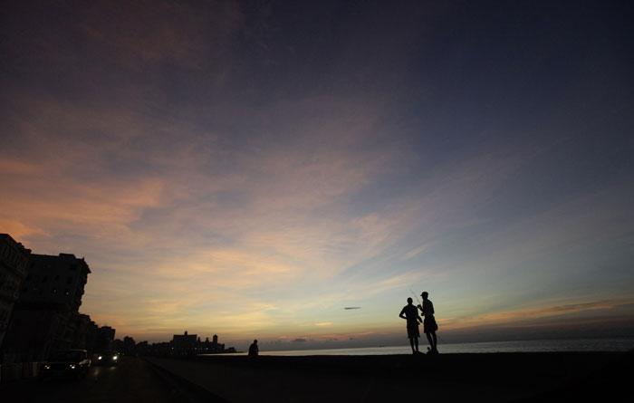 Cuba, Havana | Entardecer na El Malecón. 2011.07.21 | Veja uma fotogaleria de Havana do mesmo fotógrafo em http://fugas.publico.pt/287232 |