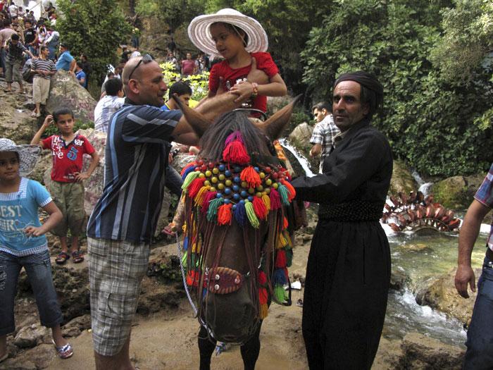 Iraque, Ahmed Awa | Um passeio de cavalo na zona turística de Ahmed Awa, a 260km de Bagdad, zona célebre pelas suas cataratas. Muitos turistas do país aproveitam o Verão para refrescarem-se nas cidades do Curdistão iraquiano | 2011.07.22 |   |