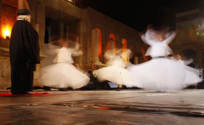 Jordânia, Jerash | Participação do grupo turco de Galata Mevlevi e Sema, o ritual giratório, no festival da cidade histórica de Jerash, que celebra a cultura local mas que também se abre a outras culturas do mundo. 2011.07.25 |