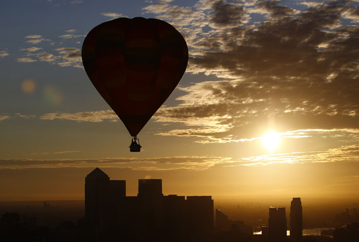 Inglaterra, Londres | Um balão de ar quente sobre Canary Wharf, parte de uma celebração que promove as Olimpíadas 2012 e assinala o 30º aniversário do Festival Internacional de Teatro de Londres. 2011.07.25 |