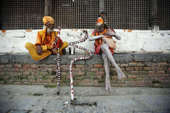 Nepal, Katmandu | Dois 'homens santos' hindus descansam perto do Templo de Pashupati. 2011.07.25 |