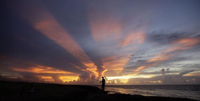 Cuba, Havana, 25.07.2011 | Um pescador sob um pôr-do-sol majestoso | Veja uma fotogaleria de Havana do mesmo fotógrafo em http://fugas.publico.pt/287232 |