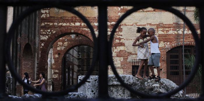 República Dominicana | 25.07.2011 | Crianças a brincar nas ruínas da área colonial de Santo Domingo, zona que será alvo de um projecto de restauro e melhoramentos |