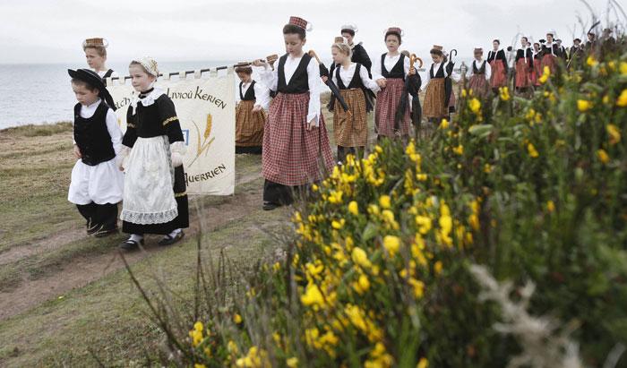 França, Bretanha | 24.07.2011 | Desfile, em trajes bretões, durante a tradicional Fête du Goémon (festa das algas) perto de Esquibien, na Bretanha. |