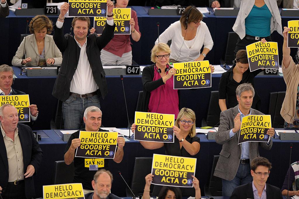 Deputados europeus mostram cartazes durante a votação