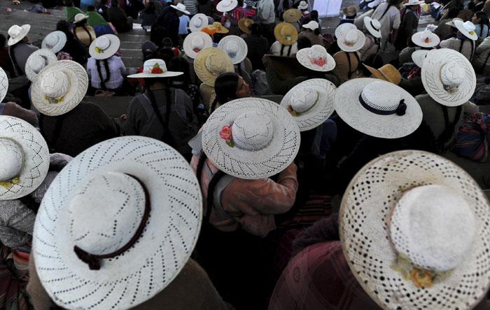 Bolívia, 26.07.2011 | Em foco, os chapéus de algumas das bolivianas de vários grupos éticos do país, presentes num encontro do Movimento para o Socialismo, em Cochabamba, dedicado a debater os direitos das mulheres indígenas |