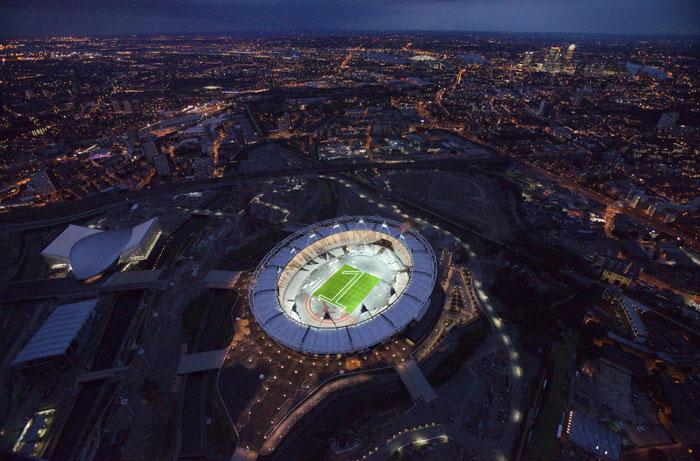 Diariamente, percorremos o mundo e escolhemos algumas das melhores imagens de momentos e cenários únicos. | Inglaterra, Londres, 27.07.2011 | O Estádio Olímpico com o n.º 1 recortado na relva: falta um ano para o início dos Jogos Olímpicos na capital britânica |