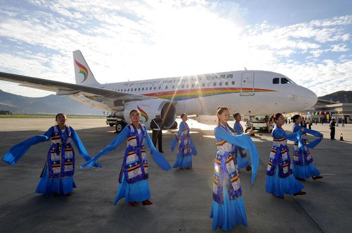 Tibete, 26.07.2011 | Um grupo de dançarinas tibetanas em actuação durante a cerimónia do primeiro voo da companhia aérea Tibet Airlines, em Lhasa, Tibete, região administrada pela China. A companhia iniciou operações na terça-feira |