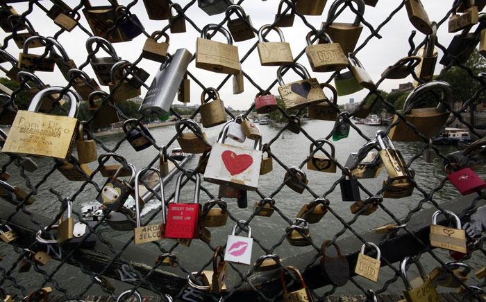França, Paris, 27.07.2011 | A tradição romântica de prender cadeados em pontes é comum a muitos países. Mas em Paris, na Pont des Arts sobre o Sena, os cadeados dos amantes até parecem mais românticos |