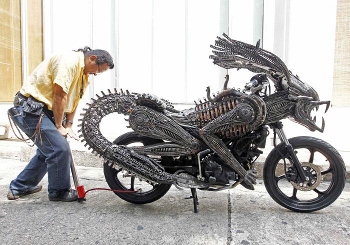 Tailândia, Banguecoque, 27.07.2011 | O artista Roongrojna Sangwongprisarn em momento de preparação da sua peça artística: uma moto feita com materiais reciclados de carros e bicicletas. Na capital tailandesa, o artista tem quatro lojas, as Ko Art Shop, e também exporta para todo o mundo |