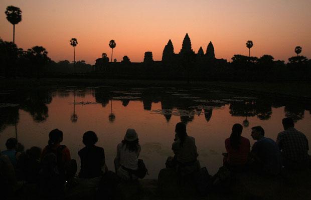 Turistas aguardam o Sol sobre Angkor